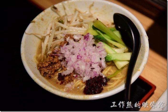 匠の担々麺,日幣780。也是乾麵,上面有生洋蔥、豆芽菜、肉燥,旁邊綠色的好像是青江菜,吃起來整個感覺就是我們吃麻醬麵的味道,只是上面放了比較多的料而已。