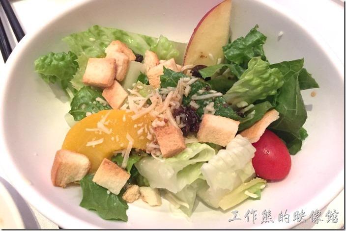 蘇澳瓏山林晚宴。第二菜道上來的居然是沙拉,每個人一盤,不失五星級飯店的服務風格,這沙拉只要食材新鮮就好吃,這個沙拉當然也不錯。