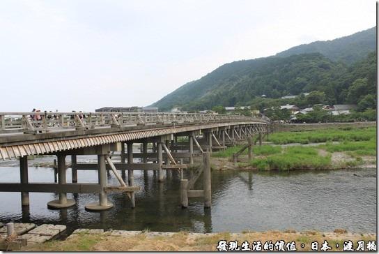 日本-渡月橋,遠遠望著「渡月橋」並沒有什麼特別之處,感覺上就像個小橋流水,但這也正是難得的地方,在台灣應該很難看到這有古味的跨河橋了吧!