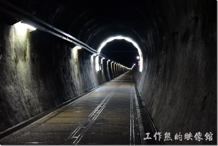 舊草嶺隧道內的地上會有鐵軌的圖案,讓人有裝置身於火車鐵軌上的感覺。
