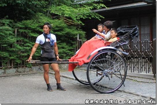 日本-野宮神社,這三輪車還真的很舒服,不用自己走路,還有毯子可以蓋。
