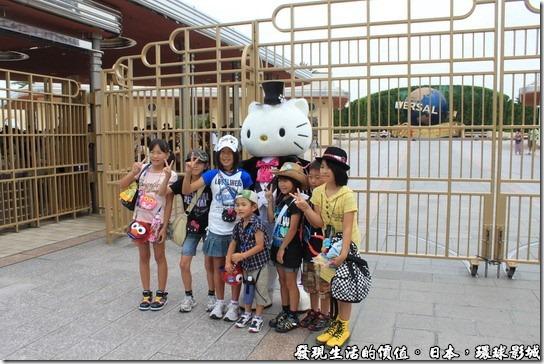 日本-環球影城,一進入環球影城之後,就會有真人大小的凱蒂貓(Hello! Kitty)和她的男朋友丹尼爾跟遊客一起照相。