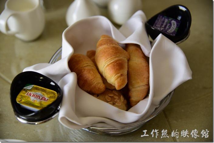 「蘇澳瓏山林溫泉飯店」早午餐的的餐前麵包,麵包有烤過,可以塗奶油或是果醬。