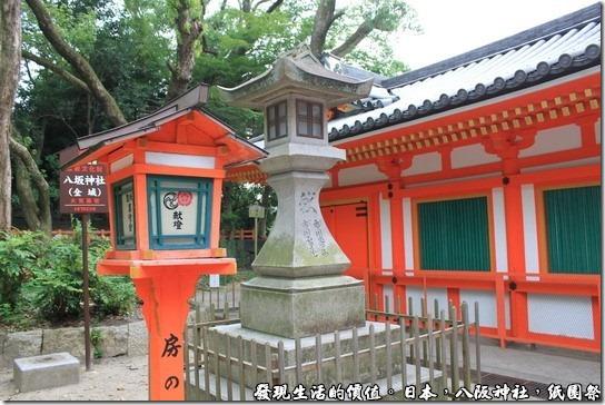 八坂神社-紙園祭,連燈籠的顏色都漆成了朱色與白色相間的顏色,一旁還有個水泥燈籠。