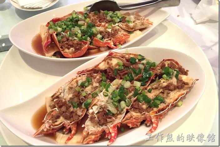 蘇澳瓏山林晚宴。龍蝦豆腐。又是一到失敗的作品,原本抱著很大的希望,因為之前才去東北角的【鼻頭阿珠老店活海鮮】吃過非常好吃的龍蝦,不過這裡的隴蝦煮出來真的讓人難以下嚥,因為不只龍蝦的肉質老,就連豆腐也老得可以。