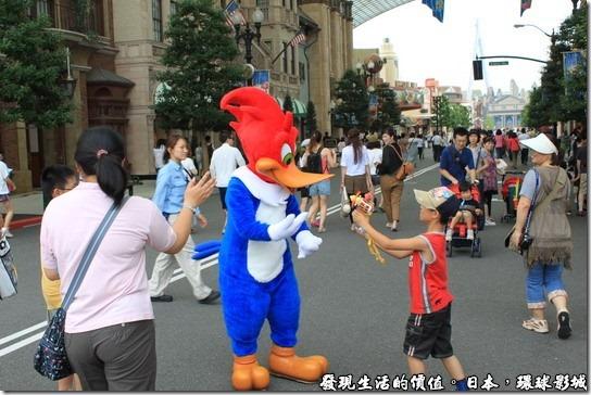 日本-環球影城,這裡還有唐老鴨再跟小朋友玩水槍,天氣實在是太熱了,噴點水槍消消暑。