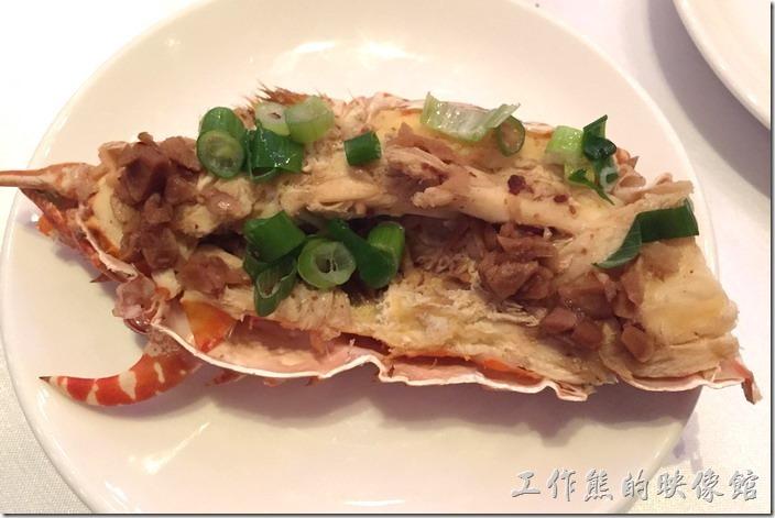 蘇澳瓏山林晚宴。近看這龍蝦的纖維非常的明顯,上面用了菜埔調味,但主角龍蝦的肉質不好就什麼都不用說了。