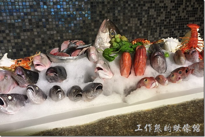 宜蘭渡小月餐廳。宜蘭渡小月餐廳內的海鮮有些就直接擺放在餐廳的展示櫃上,既可以當擺飾,也可以讓客人看到新鮮。