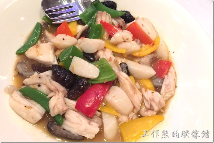 蘇澳瓏山林晚宴。什錦海鮮炒。用了大兩的花枝與海參,搭配紅黃綠甜椒炒初一到色香味俱全的菜色。