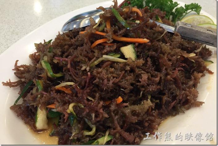 台北瑞芳-東北角鼻頭阿珠老店活海鮮。涼拌蜈蚣菜。這蜈蚣菜生長在海邊的岩石上,因為長相類似蜈蚣,所以得名。蜈蚣菜吃起來脆脆的裡頭加入少許的小黃瓜,增加了味蕾的口感,是個夏天開胃的不錯選擇。