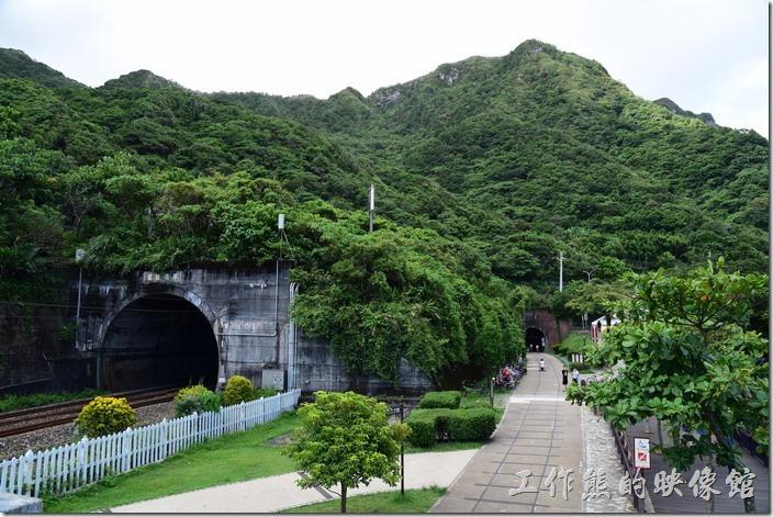 左手邊是新草嶺隧道,右手邊是舊草嶺隧道,同時並列於石城端。