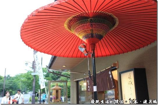 日本-渡月橋。日本人似乎特別喜歡紙傘,因為這趟日本旅遊在很多地方都有看到其蹤跡。
