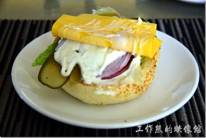 蘇澳瓏山林溫泉飯店早餐。雞腿排的底下還有一片美國起士(黃色)及一片高達起司(Gouda cheese)甜甜的,有水果味道的起司,還有醃黃瓜及少許的生菜。