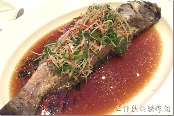 蘇澳瓏山林晚宴。清蒸鮮魚。這個應該是鱸魚。別罵我啊!對魚叫什麼名總是搞不清楚。飯店的服務生會幫忙把魚分屍,就是將中間的魚刺拿走,如果技術熟練的話,還蠻可以當作餘興節目的。