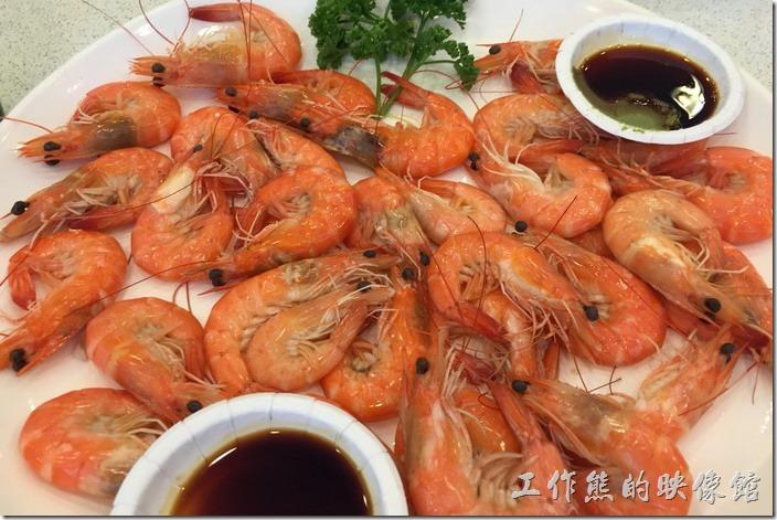 台北瑞芳-東北角鼻頭阿珠老店活海鮮。川燙藍尾蝦。這蝦子也非常的新鮮好吃,蝦子好不好吃其實第一口咬下就知道了,肉質緊實好口感。