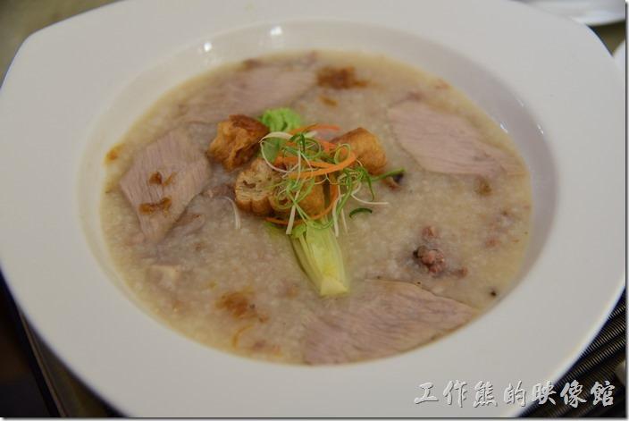 蘇澳瓏山林溫泉飯店早餐。這一份早午餐也是米粥,芋頭松阪豬粥。松阪肉有再油煎過所以感覺很好吃,米粥內有整塊的芋頭,吃起來稍微給它甜中但鹹,鹹中又帶甜的口感。