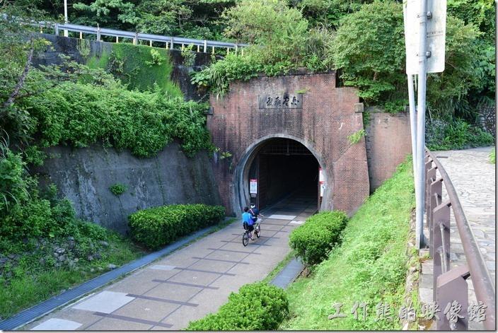 舊草嶺隧道的「石城」端南口上方書有「白雲飛處」門額。
