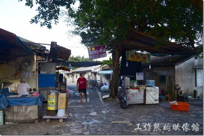 舊草嶺隧道的石城端有幾戶人家,有住戶勉強在這裡做些小生意。