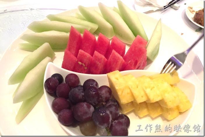 蘇澳瓏山林晚宴。餐後水果盤。這水果盤的水果就是冰過的,夏天就是要吃冰冰涼涼的水果啊!