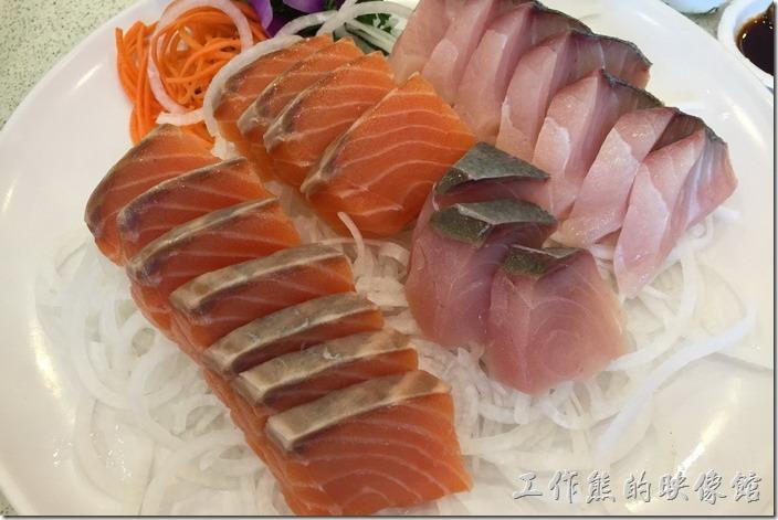 台北瑞芳-東北角鼻頭阿珠老店活海鮮。生魚片,個人覺得這裡的生魚片只能算中等,口感不錯,旗魚生魚片的魚筋處理的不好,另外鮭魚生於片中還可以吃到未解凍的冰塊。