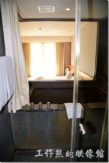 這是「蘇澳瓏山林溫泉飯店」客房內的環境,浴室採用透明玻璃,可以一眼看到整個客房,當然有浴簾可以拉起來,洗澡時不怕曝光。
