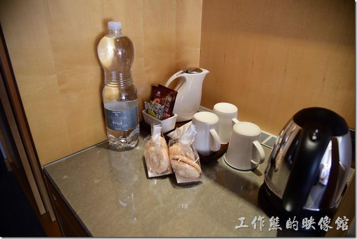 「蘇澳瓏山林溫泉飯店」客房內備有小餅乾及咖啡包,還有礦泉水,全部免費。