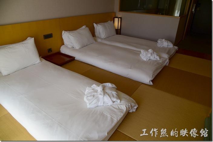 「蘇澳瓏山林溫泉飯店」客房內才用褟褟米地板,然後在褟褟米上面鋪上床墊,所以同樣的房間可以兩人、三人、四人一間。