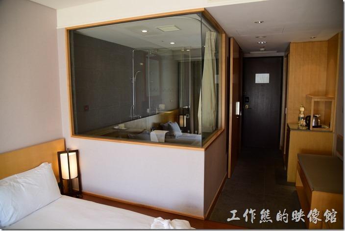 「蘇澳瓏山林溫泉飯店」的客房浴室才用透明的玻璃。
