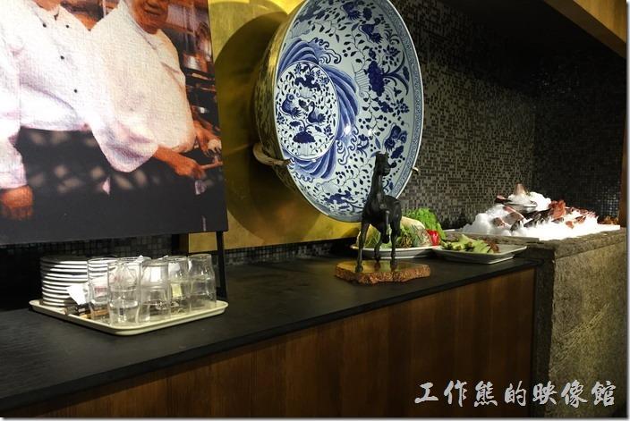 宜蘭渡小月餐廳。宜蘭渡小月餐廳的內部裝潢與海鮮材料區。