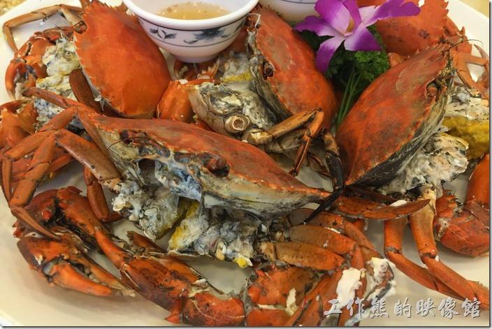 台北瑞芳-東北角鼻頭阿珠老店活海鮮。清蒸油黃蟹。這是這次部門聚餐最貴的一道菜,油黃蟹最主要食其蟹黃蟹膏,一般適合在農曆五至八月間食用,據說其蟹黃蟹膏僅次於大閘蟹,其肉質與紅蟳則有點類似,算是中秋前食蟹的不錯選擇,不過不便宜就是了。