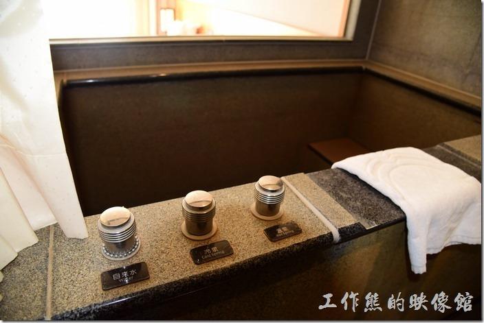 「蘇澳瓏山林溫泉飯店」客房內浴缸採用磨石子的材質,有三個水龍頭,分別自來水、冷泉、溫泉,可以自己挑選水質及溫度。