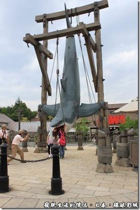 日本-環球影城,入口處還有大白鯊的模型供人拍照,許多的遊客都喜歡把頭放在大白鯊張開的大嘴內拍照留念。