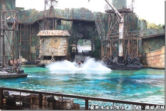 日本環球影城,水世界,水上摩托車突然從牆壁後面衝了出來嚇了我一大跳,後面還跟了一個溜水上滑板的表演者。