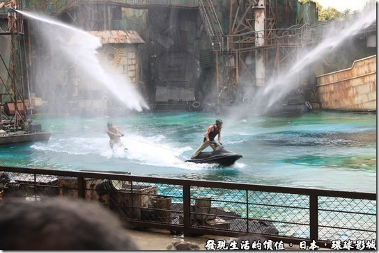 日本環球影城,水世界,上面噴出了水柱象徵機槍的掃射。