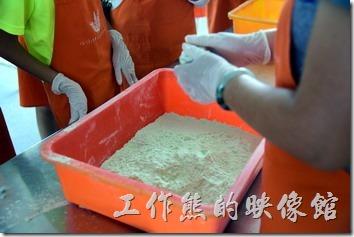 祥語有機農場龍鬚糖DIY。老師正在在龍鬚糖的教學,收先要把一整塊的賣糖揉捏成厚度約2公分的圓餅狀。