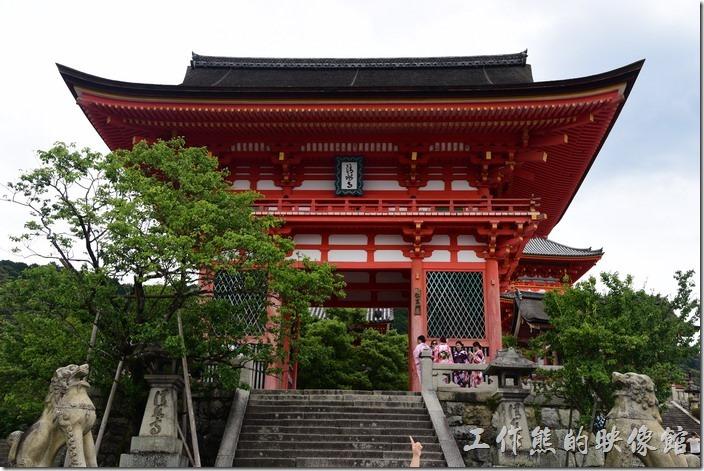 走過清水坡,來到「清水寺」的第一個印象就是這棟紅色的【仁王門】,仁王門應該可以算做是「清水寺」的大門,但獨立於清水寺本堂之外,其氣勢非凡,因為其為紅色建築,所以也叫做「赤門」,左右的門柱內各供奉著一位四大天王,而且有一位的嘴巴一定是張開的,而另一位則一定是閉著的,這是因為祂們一個張嘴喝「阿」,一個則閉嘴呼「吽」,所以又被稱為「阿、吽」,有點類似台灣的哼哈二將。
