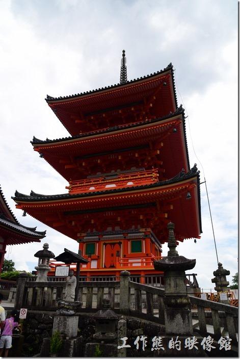 日本-京都清水寺。這棟紅色建築就是清水寺的三重塔,號稱是全日本最高的三重塔,可惜不開放參觀。
