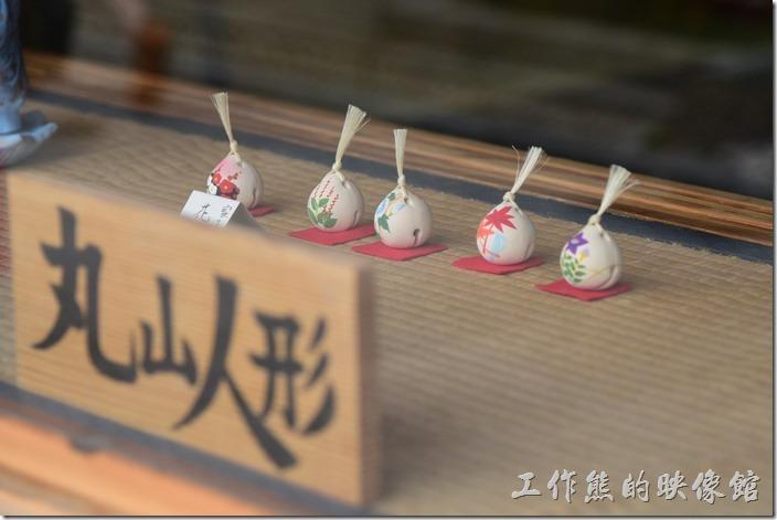 日本清水寺三年坂。丸山人形已製作陶瓷娃娃為主的店家。