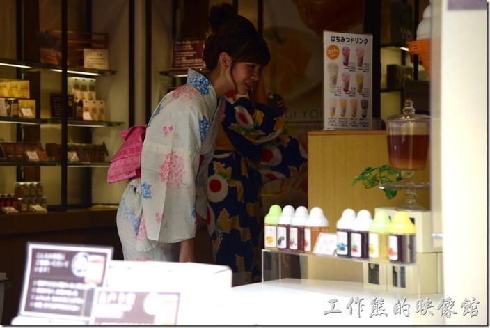 日本清水寺三年坂。這個很明顯是在拍妹。