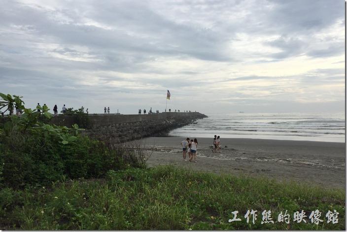 台南安平觀夕平台防波堤上也是抓寶可夢的熱門景點,因為其尾端的地方有一隻燈塔,也是個寶可夢給站。