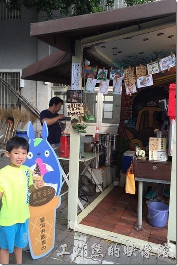 台南-安平-貓小巴。除了咖啡與霜淇淋外,還有橡果手工餅乾,還用模仿龍貓卡通用綠色樹葉包著橡果的包裝。