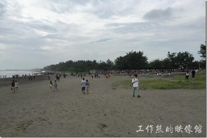 台南安平觀夕平台因為寶可夢熱而變得沙灘上滿滿人潮