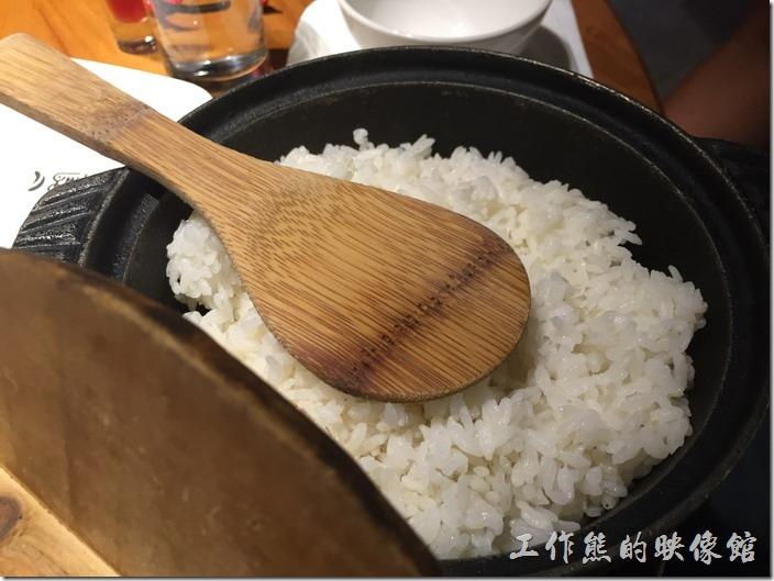 南港-開飯川食堂。這個白飯可以盡量吃,因為偏辣的菜色本來就是要配白飯,這裡的白飯是算人頭的,一個人頭NT30元,既然付了費就盡量吃吧!吃完了一鍋,再叫一鍋。