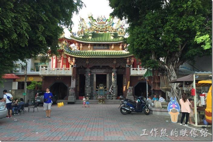 龍貓公車其實座落在台南安平運河右岸的靈濟殿前廣場。因為是餐車,所以還有行動能力。龍貓公車其實座落在台南安平運河右岸的靈濟殿前廣場。因為是餐車,所以還有行動能力。