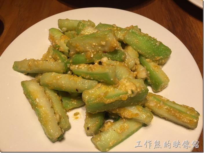 南港-開飯川食堂。好色金絲瓜,NT220。原來絲瓜也可以這麼入菜,用濃醇的鹹蛋黃當皮衣與絲瓜下去油炸,不過皮衣似乎太少了。