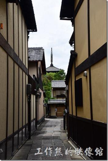 日本清水寺。從二年坂的巷弄間隙隱約可以看到遠方還有一座尖塔。