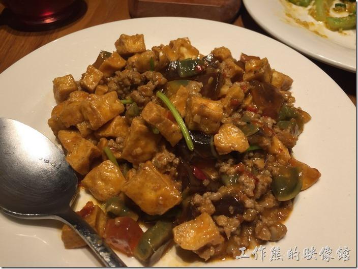 南港-開飯川食堂。臭豆腐撞皮蛋,NT260。老實說當初對這道菜抱著蠻大的期待,不過做出來後感覺則是還好,並沒有讓人味蕾驚豔彈跳的感覺,似乎是豆腐做的不是酥脆。
