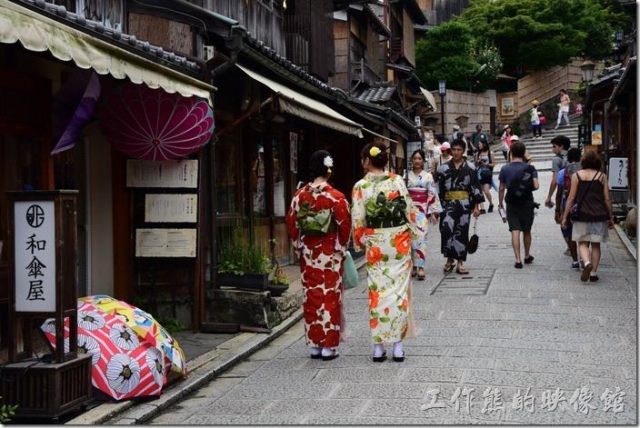 清水寺附近的二年坂、三年坂、清水坂有很多穿著日本傳統浴衣的遊客,不過很多都是觀光客。
