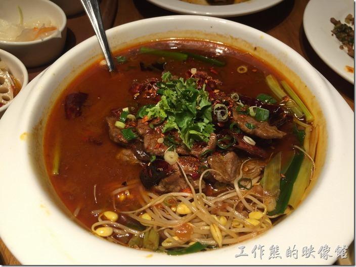 南港-開飯川食堂。紅河水牛,NT360。這個可下飯了,尤其是上面的豆芽菜也是重點之一,這道菜吃起來不錯,來川菜館就是要點這道菜來配飯。