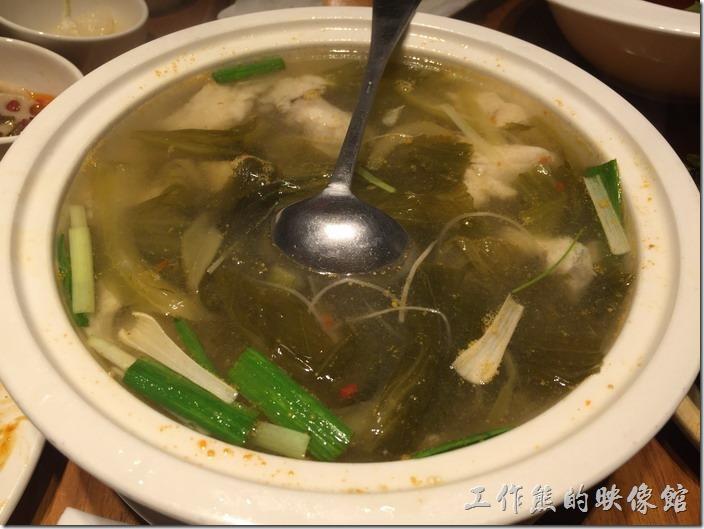 南港-開飯川食堂。酸菜魚湯,NT380。這個魚湯是最後補點的,工作熊覺得味道不太夠,這剁椒的味道似乎沒有出來,而且魚肉有點像淡水鯛魚的感覺,忘了問真正是什麼魚了,不過台灣人吃慣海魚,這淡水魚湯似乎不太合我們的口味,所以剩了一大半,還好後來有人打包。
